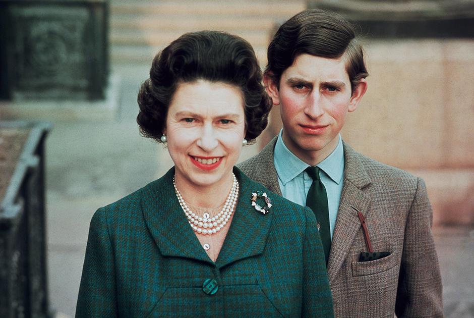 Принц Чарльз с матерью, королевой Елизаветой, 1969 год