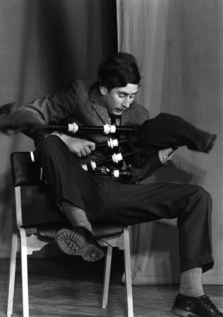 Чарльз с волынкой во время студенческой постановки «Тихий Дон» в кембриджском Тринити-колледже, 1969 год
