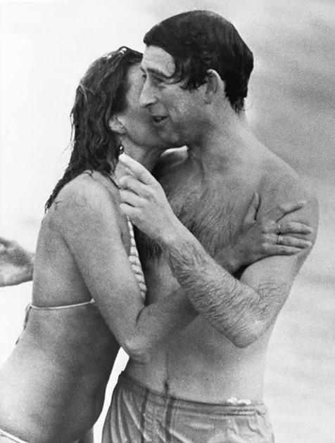 Джейн Прист целует Чарльза, выходящего из воды на пляже в австралийском городе Перт, 1979 год