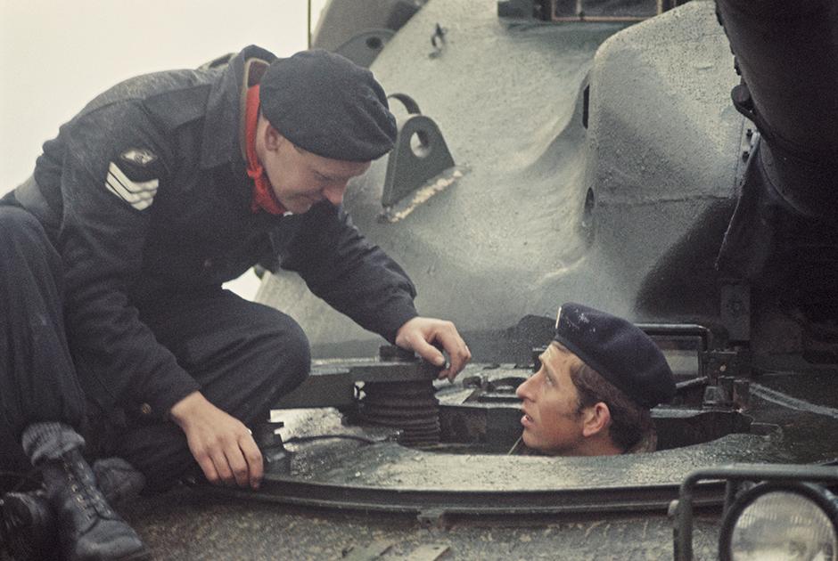 Принц осматривает танк во время визита в гарнизон британской армии в Западной Германии
