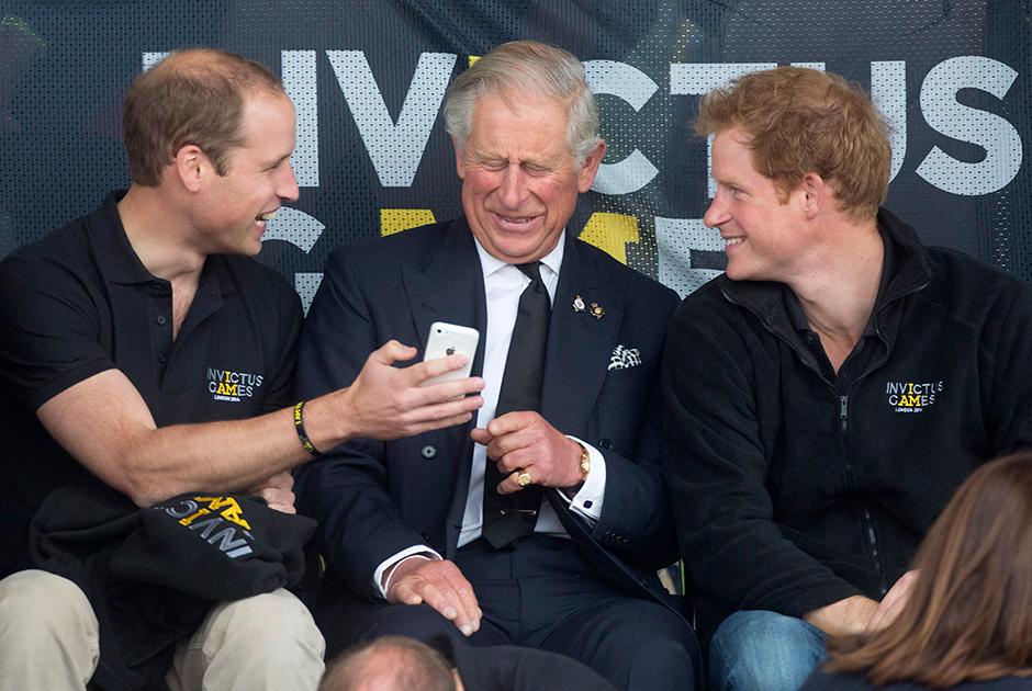 Принц Чарльз с сыновьями Уильямом и Гарри на спортивном соревновании для ветеранов, 2014 год