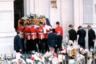 В 1997 году Диана погибла в автокатастрофе. По официальным данным расследования, шофер Генри Пол не справился с управлением, пытаясь уехать от преследовавших машину фоторепортеров. К аварии также привели лекарства, которые принимал Пол.  <br></br> Гибель Дианы породила ряд конспирологических теорий: в организации ее смерти обвиняли Елизавету II, принца Филиппа и британскую спецслужбу МИ-6. Никаких внятных доказательств и подтверждений таким домыслам не нашлось.