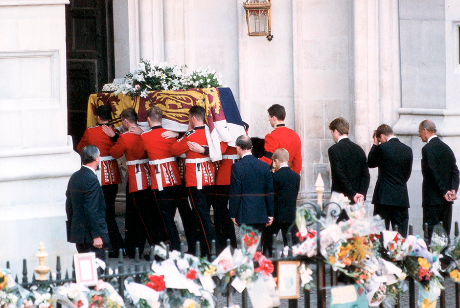 Принц и его сыновья идут за гробом принцессы Дианы, 1997 год