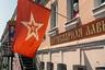 Современная Миллионка — это удивительная смесь эпох. Дореволюционная архитектура, китайцы и корейцы, штаб Алексея Навального и флаг советского ВМФ на стене антикварной лавки Андрея Эйриха.