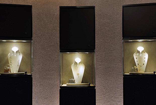 Как и Louis Vuitton, Tiffany & Co. реализует свою продукцию исключительно через собственные бутики. Бренд должен усилить позиции LVMH в США, а концерн — помочь Tiffany в Азии.