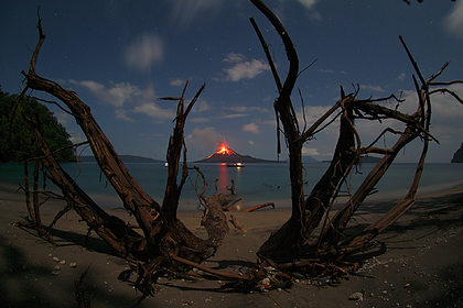 Извержение вулкана на Анак-Кракатау