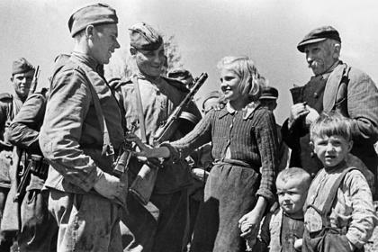 Жители села Устрожиска, освобожденного от немецко-фашистской оккупации, во время приветствия советских солдат в ходе Второй мировой войны