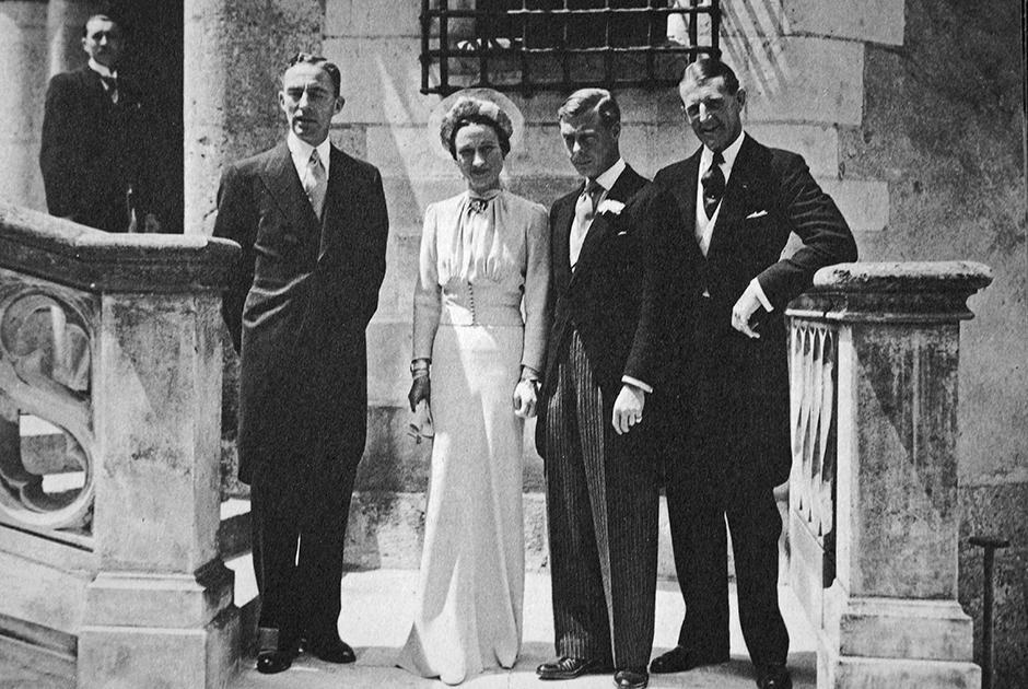 Герцог Виндзорский Эдуард и его жена Уоллис на вечеринке после своего бракосочетания, 3 июня 1937 год.