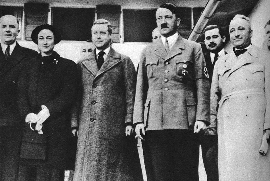 Уоллис Симпсон, Эдуард и Адольф Гитлер во время визита герцога Виндзорского в резиденцию фюрера, 1937 год.
