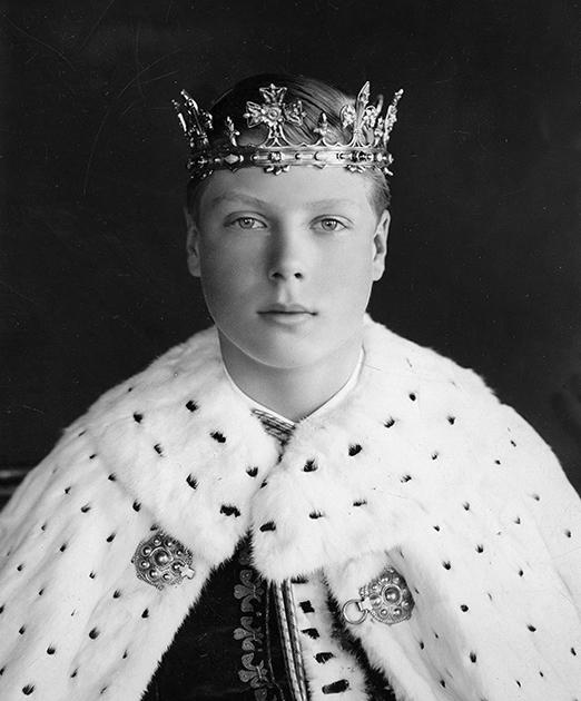 Принц Уэльский Эдуард в инвеститурных одеяних, 1911 год. По традиции каждый наследник престола мужского пола должен пройти обряд инвеституры — дарование ему королем или королевой титула принца Уэльского.