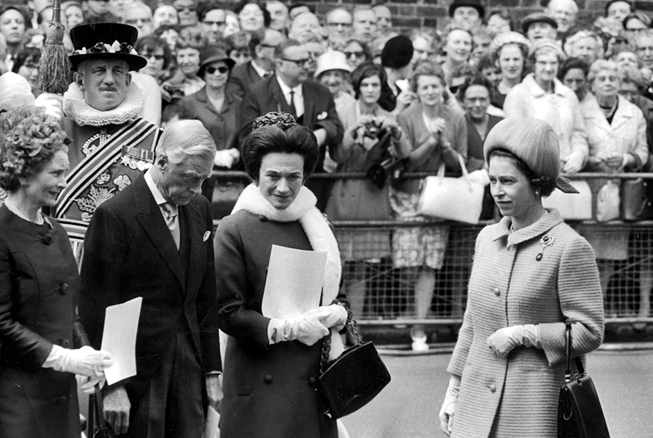 Отношения бывшего короля с британской королевской семьей улучшились только после восшествия на престол Елизаветы II. В 1967 году королева Великобритании впервые за несколько десятилетий встретилась со своим дядей и его женой.