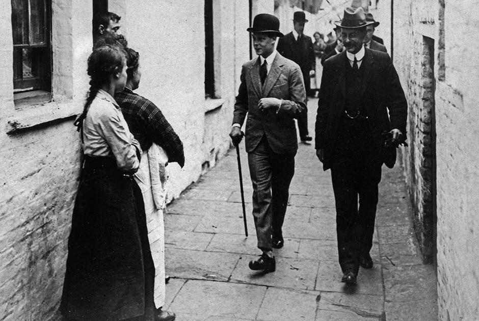 Эдуард считался одним из самых стильных мужчин своего времени. Он ввел моду на: виндзорский узел галстука, клетку «принц Уэльский», фланелевый костюм, фетровую шляпу, двубортный пиджак, свободные брюки, смокинги синего, а не черного цвета, вшитые молнии вместо подтяжек.