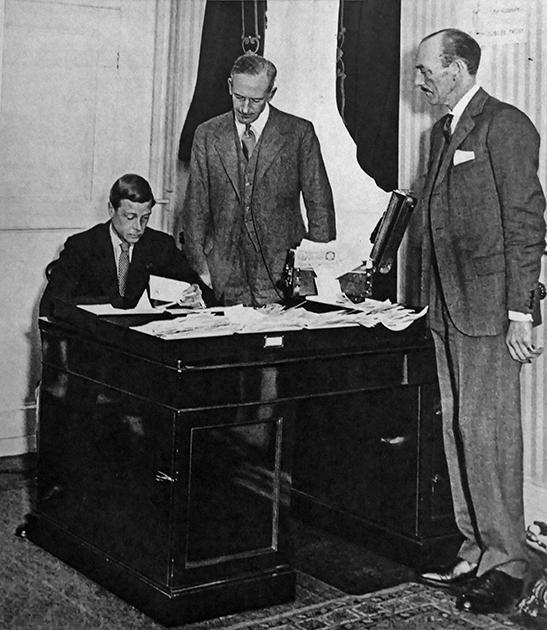 Король Британской империи Эдуард VIII в рабочем кабинете, 1936 год.