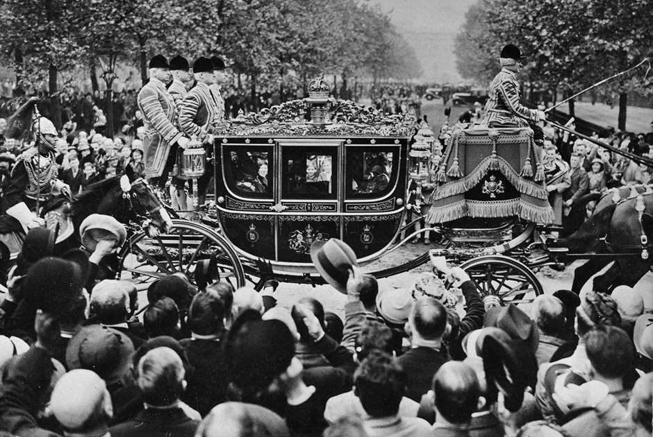 Эдуард VIII взошел на трон 20 января 1936 года. Он получил титул короля Великобритании и доминионов Британской империи, императора Индии.