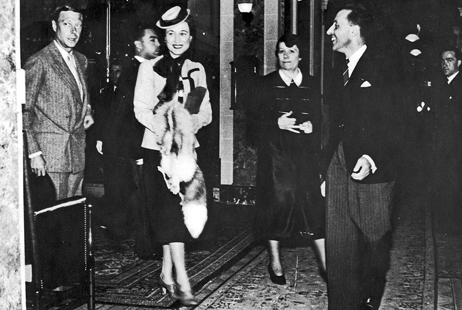 После отречения Эдуарда пара переехала во Францию, где проводила большую часть времени. На фото герцог и его супруга в городке Экс-ле-Бен.