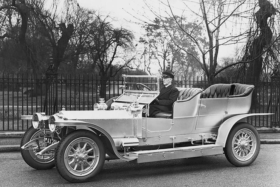 В 1930-е годы король Великобритании ездил на лимузинах Daimler, но Эдуард отдавал предпочтение Rolls-Royce. Сначала это был Silver Ghost, а затем более совершенный Phantom. Вслед за ним на Rolls-Royce уже после войны пересядет и королева Елизавета II.