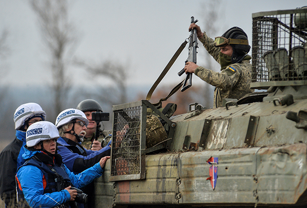 Наблюдатели ОБСЕ и украинский военный
