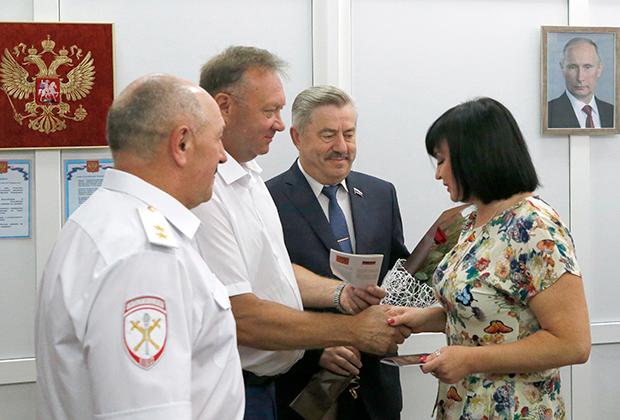 Жительница ДНР получает российский паспорт в отделе МВД в селе Покровское Ростовской области