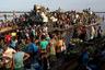 Добыча Матонгу и сотен безымянных охотников окажется на одном из рынков Мбандаки. Там каждую пятницу толпятся тысячи людей в надежде поживиться дичью, которую привозят на баржах.