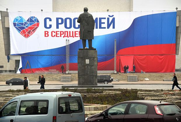 Памятник Ленину на площади Революции в Луганске