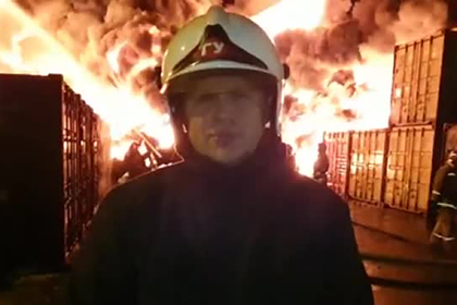 Сильнейший пожар в ангаре с химическими удобрениями показали на видео