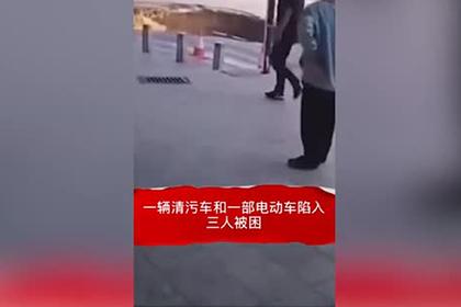 Огромная яма внезапно появилась на китайской дороге и поглотила трех человек
