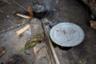 После нескольких дней, проведенных в лесу, Матонгу возвращается с дичью. Он оставляет немного мяса семье, а все остальное продает на рынке. За один раз удается выручить от пяти до ста тысяч конголезских франков (от 192 рублей до 3,8 тысячи рублей), как повезет.