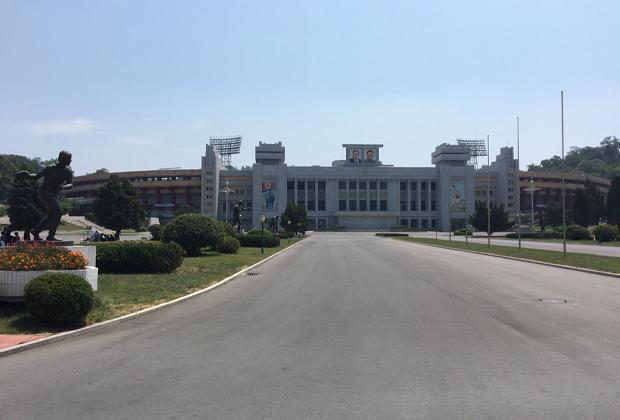 Стадион имени Ким Ир Сена в Пхеньяне. На фасаде здания — портреты Ким Ир Сена и Ким Чен Ира
