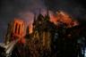 Пожарные пытаются потушить огонь, который пожирает здание знаменитого собора Парижской Богоматери. Католический храм в центре Парижа является одним из символов Франции, но после 15 апреля туристическая достопримечательность лишилась былой красоты. Еще в XIX веке, после наполеоновских войн, собор подумывали снести— настолько плачевным было тогда его состояние. Нотр-Дам спас Виктор Гюго. Его роман «Собор Парижской Богоматери» внедрил в общественное сознание идею о важности сохранения архитектурных шедевров как национального достояния. После пожара в этом году президент Франции Эммануэль Макрон объявил о сборе средств на восстановление храма. Специалисты уже ведут работы по сохранению конструкций и предотвращению обрушения здания. Полноценную реставрацию планируют начать в 2021 году.