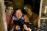 Американка Эми Пауэрс оказалась в ловушке с зомби во время участия в развлекательном туре по мотивам сериала «Ходячие мертвецы» (Walking Dead). Снимок сделан 15 июня в городе Харальсон американского штата Джорджия. Именно здесь проходила часть съемок третьего сезона популярного сериала телеканала AMC о выживании людей во время зомби-апокалипсиса. Авторы необычного развлечения предлагают фанатам «Ходячих мертвецов» стать героями сериала и попытаться противостоять нападениям зомби, а также получить в подарок профессиональные снимки с их участием.