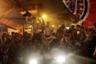 Фанаты бразильского футбольного клуба «Фламенго» в Рио-де-Жанейро празднуют победу команды в финале Кубка Либертадорес. 23 ноября клуб в самом конце матча вырвал трофей у аргентинской команды «Ривер Плейт», забив на последних трех минутах сразу два мяча. Игрок «Фламенго» Габриэл Барбоза отметился дублем и помог команде победить в турнире впервые за 38 лет и всего второй раз в его истории. Финал первоначально планировалось провести в столице Чили Сантьяго, но из-за уличных акций протеста игра прошла в Лиме, столице Перу.