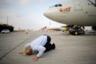 Основатель Virgin Group Ричард Бренсон целует землю после того, как его самолет приземлился в аэропорту имени Бен-Гуриона в Тель-Авиве. 23 октября бизнесмен прилетел в Израиль в честь открытия регулярных рейсов его авиакомпании из Лондона в Тель-Авив. О таком обычае по прилете на Святую землю Бренсону сказала журналистка израильской государственной телерадиокомпании «Кан». Власти Израиля положительно оценили появление новых рейсов, а бизнесмен подчеркнул, что открыт к сотрудничеству и в области технологий с различными израильскими стартапами.