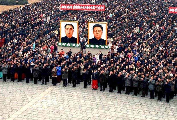 Рабочие готовятся праздновать день рождения Ким Чен Ира в Пхеньяне, 2010 год