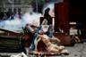 Поврежденный во время протестов в Сантьяго христианский монумент, изображающий оплакивание Христа. Спустя примерно месяц после начала акций остро встал вопрос обеспечения медицинской помощи участникам протестов. На улицы начали выходить неравнодушные врачи. Главным местом оказания помощи стала территория вокруг центральной площади Сантьяго — Plaza Italia, куда доставляются раненые. Тем временем прокуратура Чили ведет расследование более 800 заявлений о злоупотреблениях силовиков. Речь идет в том числе о пытках, изнасилованиях и избиениях митингующих сотрудниками правоохранительных органов.