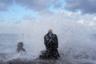 Калифорниец Брюс Паркер, одетый в длинный шерстяной плащ, наслаждается брызгами разбивающихся о камни волн. Снимок сделан во время ноябрьского шторма в американском городе Оушенсайде. В начале декабря синоптики предупредили, что обильные осадки могут привести к наводнениям в городе.