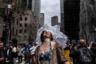 Солнце вышло из-за облаков во время ежегодного Пасхального парада и фестиваля шляпок на Пятой авеню в Нью-Йорке. Приуроченная к дате католической Пасхи акция считается одним из самых забавных шествий в американском мегаполисе. Подобные парады со временем стали проводиться и в других городах, но начались они именно в Нью-Йорке. Сейчас мероприятие имеет совсем немного общего с религией и скорее служит способом показать людям, насколько креативно можно подойти к выбору головного убора.