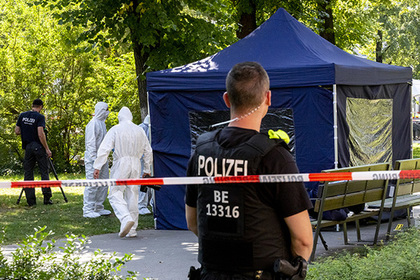 Полицейские специалисты установили над телом убитого шатер, чтобы сохранить все возможные улики.
