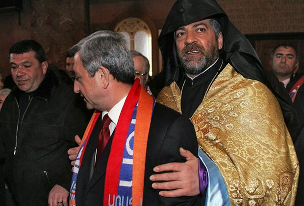 Экс-президент Армении Серж Саркисян (слева) и предстоятель Араратской епархии Армянской апостольской церкви Навасард Кчоян (справа)