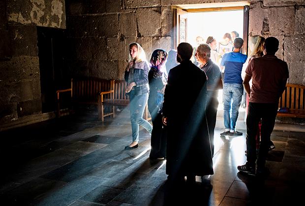 Верующие в монастыре Татев в Сюникской области Армении