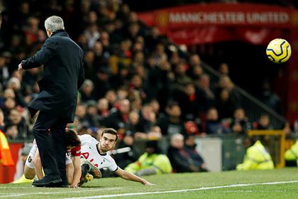 Футболист «Манчестер Юнайтед» врезался головой в ногу Моуринью