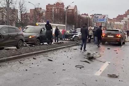 Петербурженка устроила ДТП с 13 автомобилями во время тест-драйва