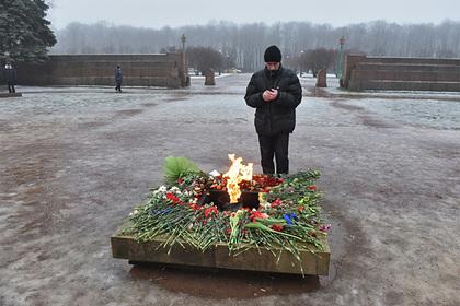 Российский подросток закидал Вечный огонь снегом ради эксперимента