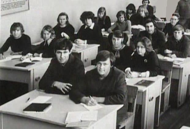 Сергей Головкин во время учебы (за первой партой слева)