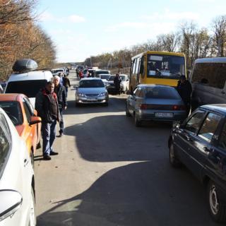 Очередь из автомобилей перед КПП «Александровка»