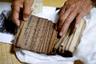 Среди многих групп какурэ-кириситан было принято молиться молча, чтобы не выдать себя. Другие же тайно передавали из поколения в поколение хоралы орашо. Их тексты, написанные на смеси латыни, португальского и японского, имеют в основном символическое значение. По звучанию они очень похожи на буддийские молитвы. <br></br> В XVIII веке, когда были созданы эти свитки, написанные в них молитвы подверглись запрету. Сейчас их издают в книжном формате, но все меньше японцев проявляют интерес к вере.