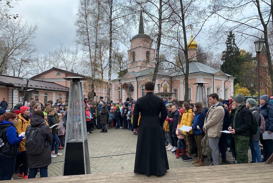 Диакон Алексей Басов инструктирует команды, участвующие в военно-патриотической игре