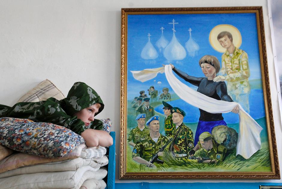 Воспитанник кадетской школы имени генерала Ермолова (Ставрополь) на своей койке