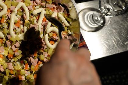 Россиян призвали отказаться от салатов с майонезом в новогоднюю ночь