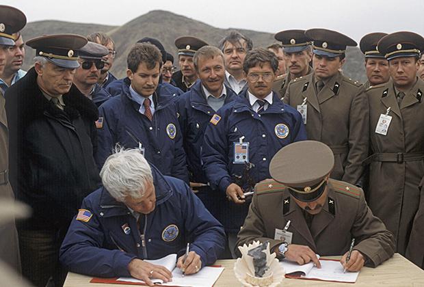 Подписание отчета об уничтожении последних ракет ОТР-23, Казахстан, октябрь 1989 года