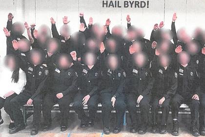 Десятки тюремных надзирателей уволят после фото с нацистским приветствием в США